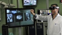 Usuario interactuando con repres. holográfica de las vistas de un estudio de tomografía computarizada.